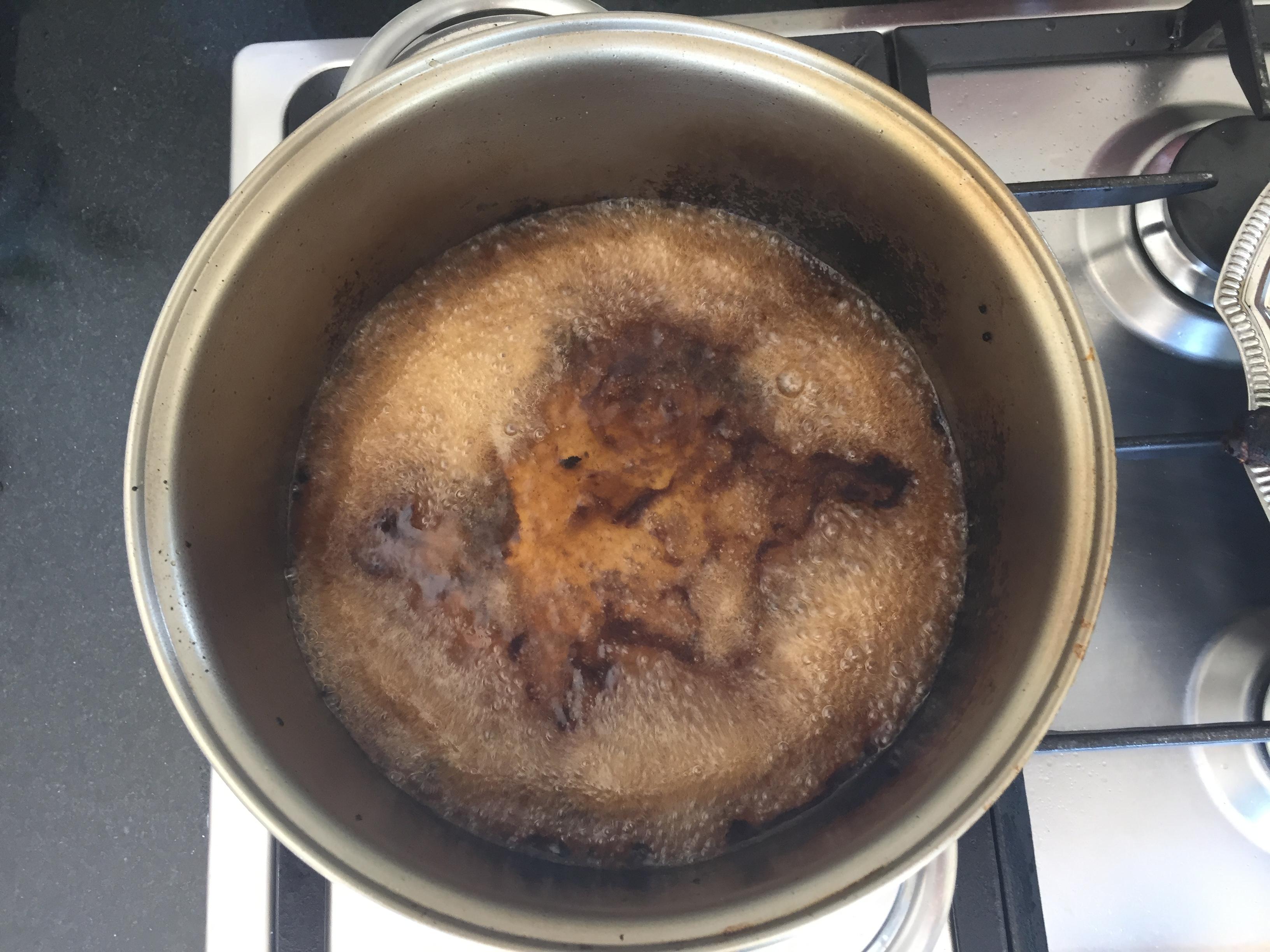 açúcar, água da primeira fervura e o vinagre