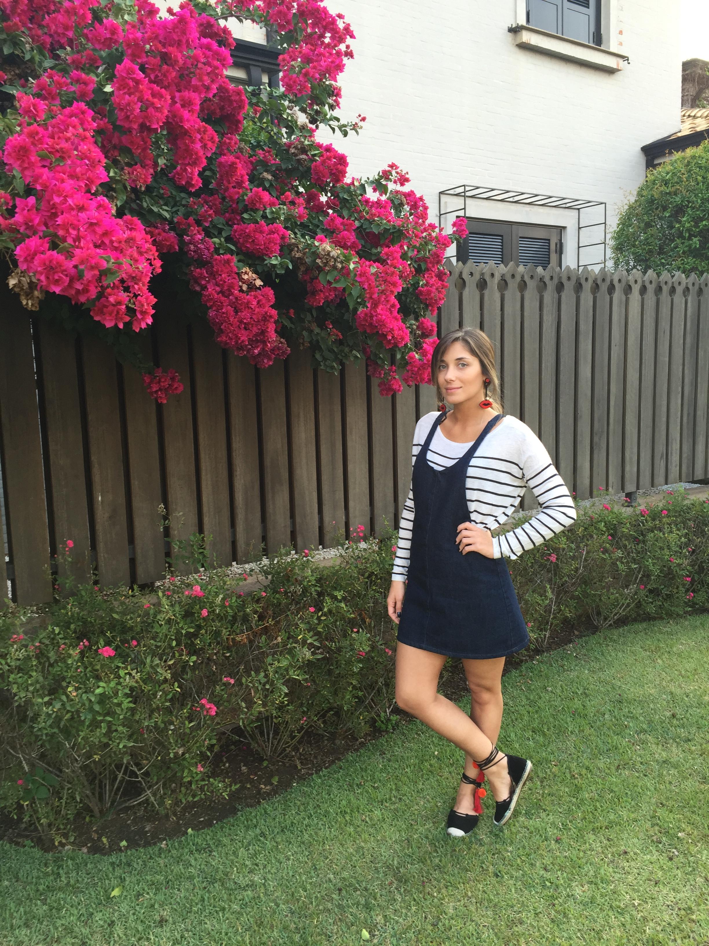 Despojado e charmoso com a jardineira jeans