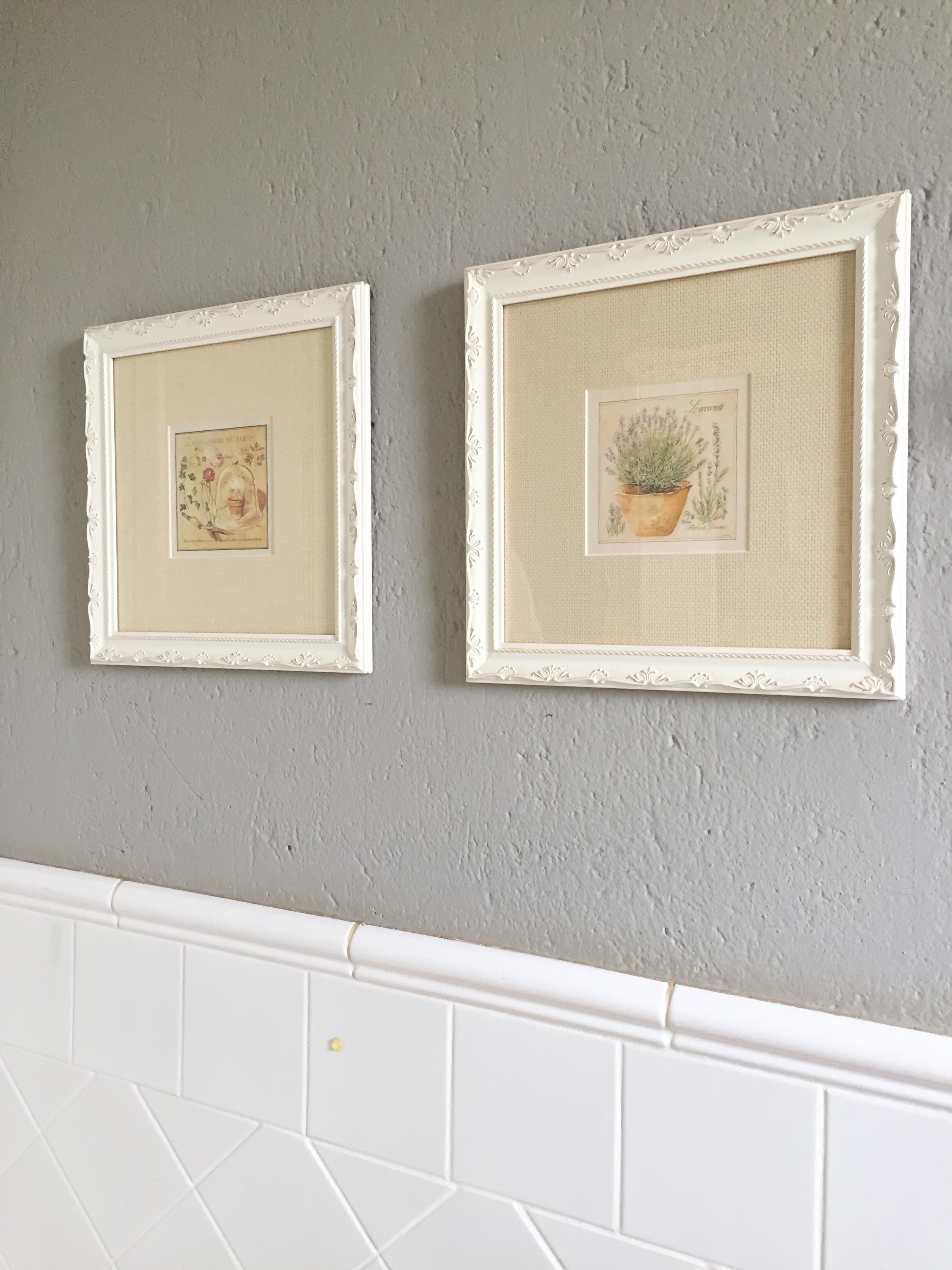 Mais gravuras que trouxe de viagens. A parede tem textura rustica e o azulejo meia parede como antigamente. Optei por um tom cinza escuro para contrastar e ficar neutro
