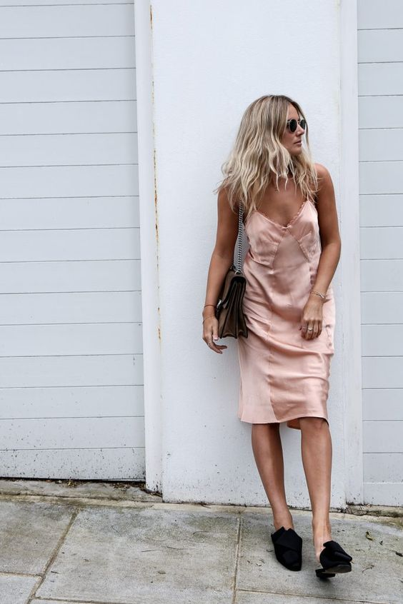 mule flat com slip dress fica bem charmoso