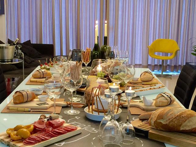 Pode ser também mesa de queijo e vinho, com este frio...