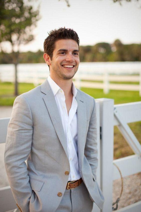 A gravata em um casamento durante o dia pode ser dispensada.