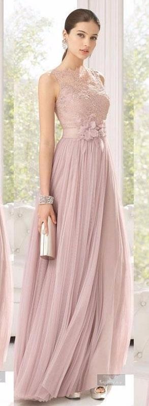 Outro vestido fluido, com cinto no mesmo tecido com aplique de flor
